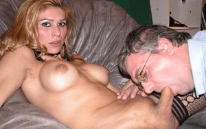 Transen Lady lässt sich von Geschäftsmann den Schwanz blasen